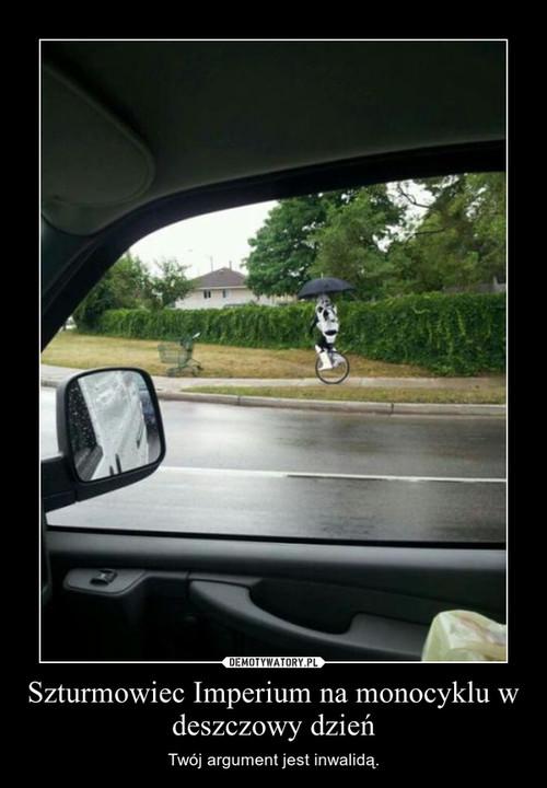 Szturmowiec Imperium na monocyklu w deszczowy dzień