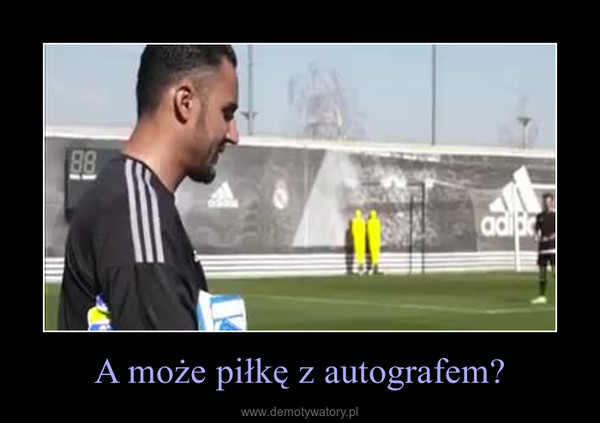 A może piłkę z autografem? –