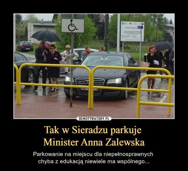 Tak w Sieradzu parkuje Minister Anna Zalewska – Parkowanie na miejscu dla niepełnosprawnych chyba z edukacją niewiele ma wspólnego...