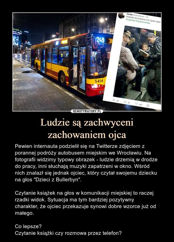 """Ludzie są zachwycenizachowaniem ojca – Pewien internauta podzielił się na Twitterze zdjęciem z porannej podróży autobusem miejskim we Wrocławiu. Na fotografii widzimy typowy obrazek - ludzie drzemią w drodze do pracy, inni słuchają muzyki zapatrzeni w okno. Wśród nich znalazł się jednak ojciec, który czytał swojemu dziecku na głos """"Dzieci z Bullerbyn"""".Czytanie książek na głos w komunikacji miejskiej to raczej rzadki widok. Sytuacja ma tym bardziej pozytywny charakter, że ojciec przekazuje synowi dobre wzorce już od małego.Co lepsze?Czytanie książki czy rozmowa przez telefon?"""
