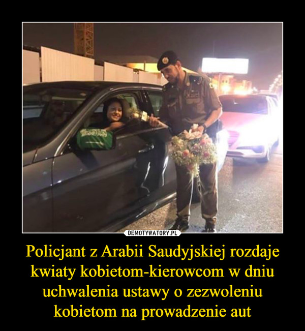 Policjant z Arabii Saudyjskiej rozdaje kwiaty kobietom-kierowcom w dniu uchwalenia ustawy o zezwoleniu kobietom na prowadzenie aut –