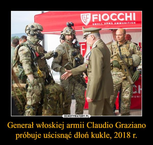 Generał włoskiej armii Claudio Graziano próbuje uścisnąć dłoń kukle, 2018 r. –