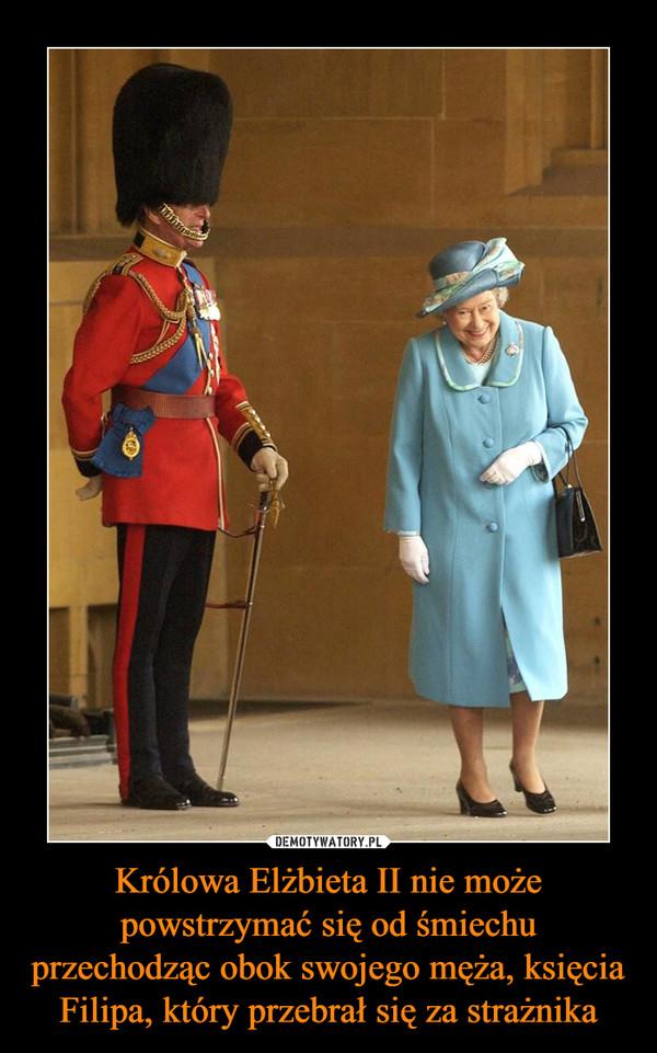 Królowa Elżbieta II nie może powstrzymać się od śmiechu przechodząc obok swojego męża, księcia Filipa, który przebrał się za strażnika –