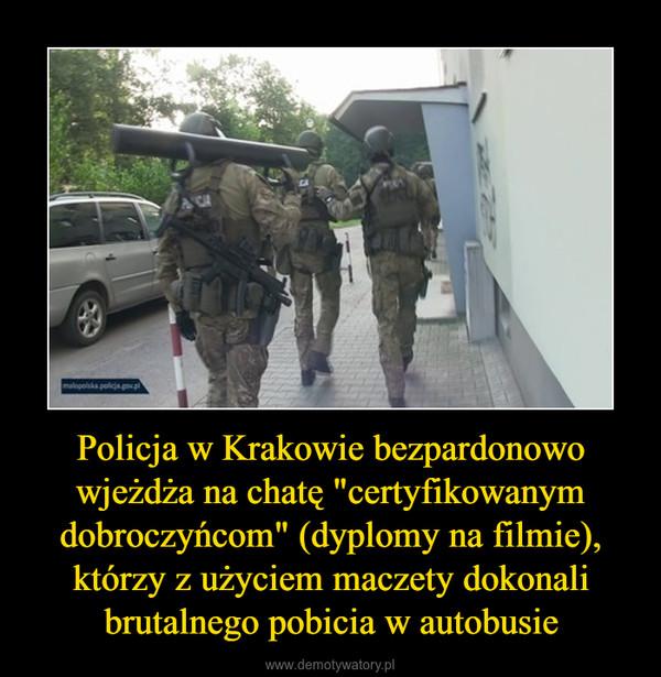 """Policja w Krakowie bezpardonowo wjeżdża na chatę """"certyfikowanym dobroczyńcom"""" (dyplomy na filmie), którzy z użyciem maczety dokonali brutalnego pobicia w autobusie –"""