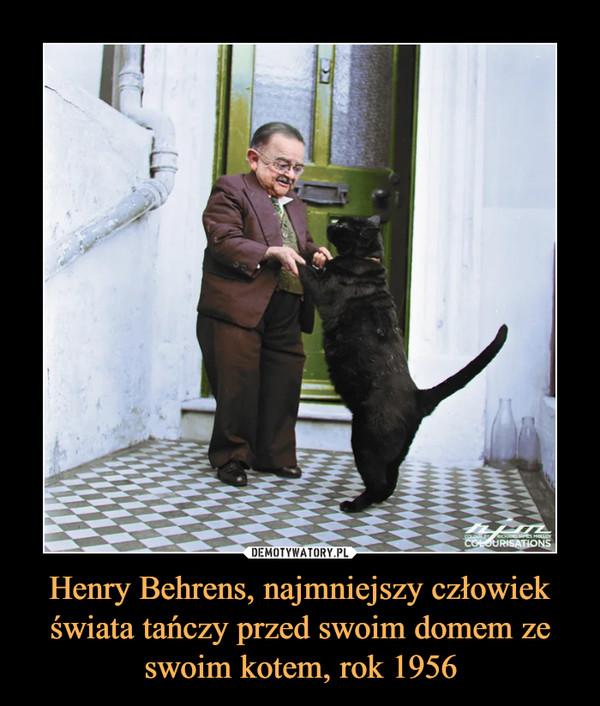 Henry Behrens, najmniejszy człowiek świata tańczy przed swoim domem ze swoim kotem, rok 1956 –