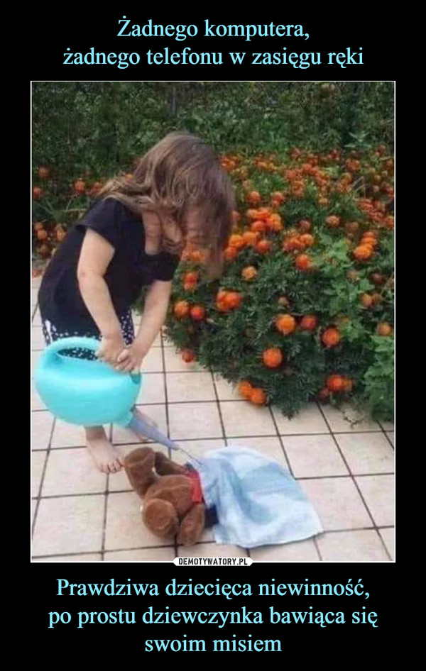 Prawdziwa dziecięca niewinność,po prostu dziewczynka bawiąca się swoim misiem –