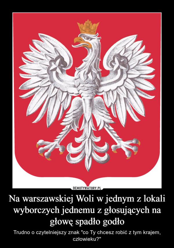 """Na warszawskiej Woli w jednym z lokali wyborczych jednemu z głosujących na głowę spadło godło – Trudno o czytelniejszy znak """"co Ty chcesz robić z tym krajem, człowieku?"""""""