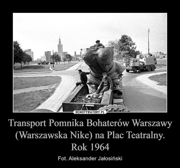 Transport Pomnika Bohaterów Warszawy (Warszawska Nike) na Plac Teatralny. Rok 1964 – Fot. Aleksander Jałosiński