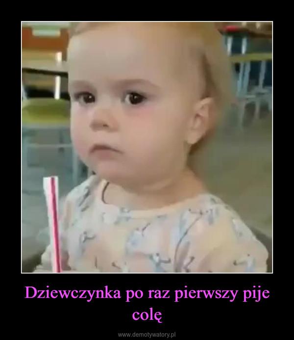 Dziewczynka po raz pierwszy pije colę –
