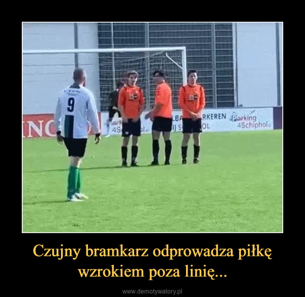 Czujny bramkarz odprowadza piłkę wzrokiem poza linię... –