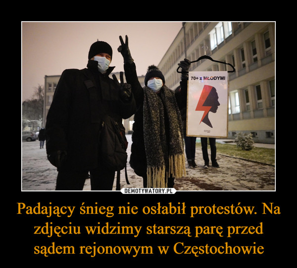Padający śnieg nie osłabił protestów. Na zdjęciu widzimy starszą parę przed sądem rejonowym w Częstochowie –