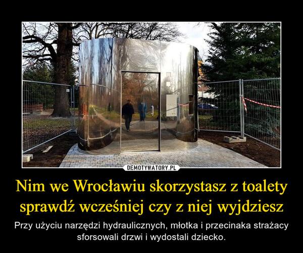 Nim we Wrocławiu skorzystasz z toalety sprawdź wcześniej czy z niej wyjdziesz – Przy użyciu narzędzi hydraulicznych, młotka i przecinaka strażacy sforsowali drzwi i wydostali dziecko.